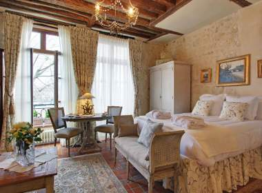 0-Classic apartment in Paris - Ile Saint Louis - bedroom - romantic - short term rental  - Dahlia