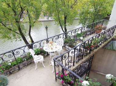 0-Rose-balcony-terrace-paris
