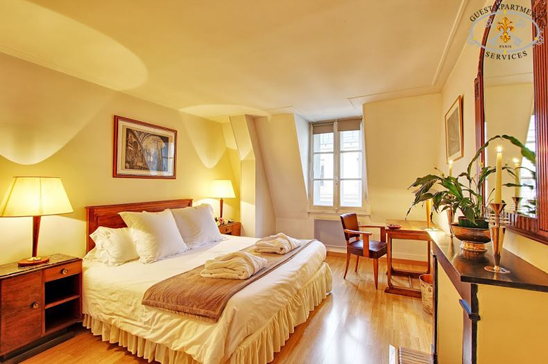 13-Ile Saint Louis-Paris-Apartments-Vacation Rental- Masterbedroom-Arum