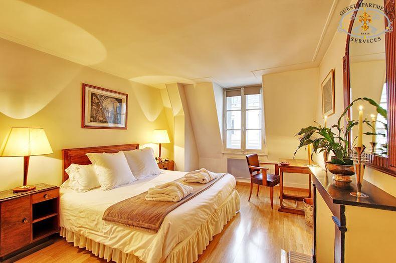 13-Ile Saint Louis-Paris-Apartments-Vacation Rental- Masterbedroom-Arum