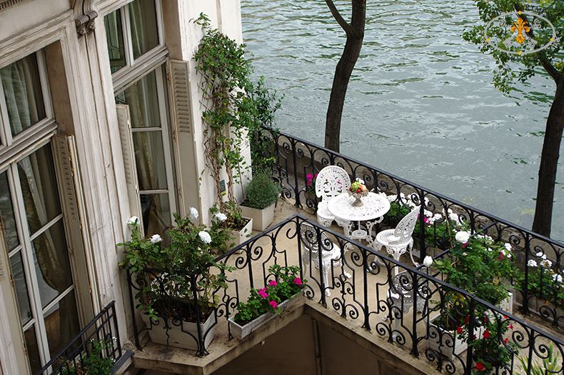 Rose paris property with a terrace on ile saint louis for Terrace in apartment
