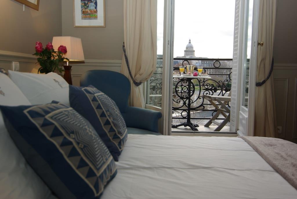 Violet Paris Luxury Apartment Rental Overviewing The Seine