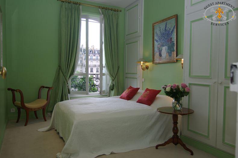 2-Luxury Paris Apartments to rent-Ile Saint Louis-Bedroom-Anemone