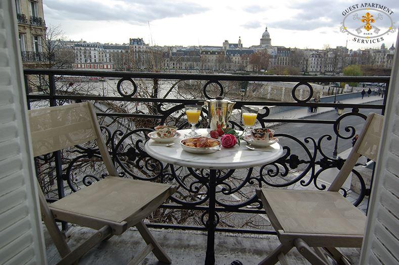 VIOLET - Paris Luxury Apartment rental overviewing the Seine