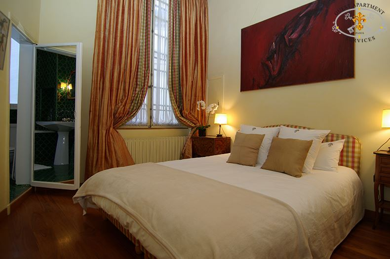 13 Classic Property Ile Saint Louis Paris Short Term Rental Romantic And Cozy Masterbedroom Clematis